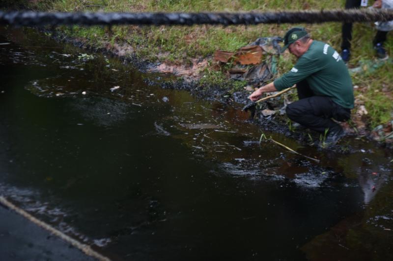 Crime ambiental: emulsão asfáltica vaza para o rio Negro.