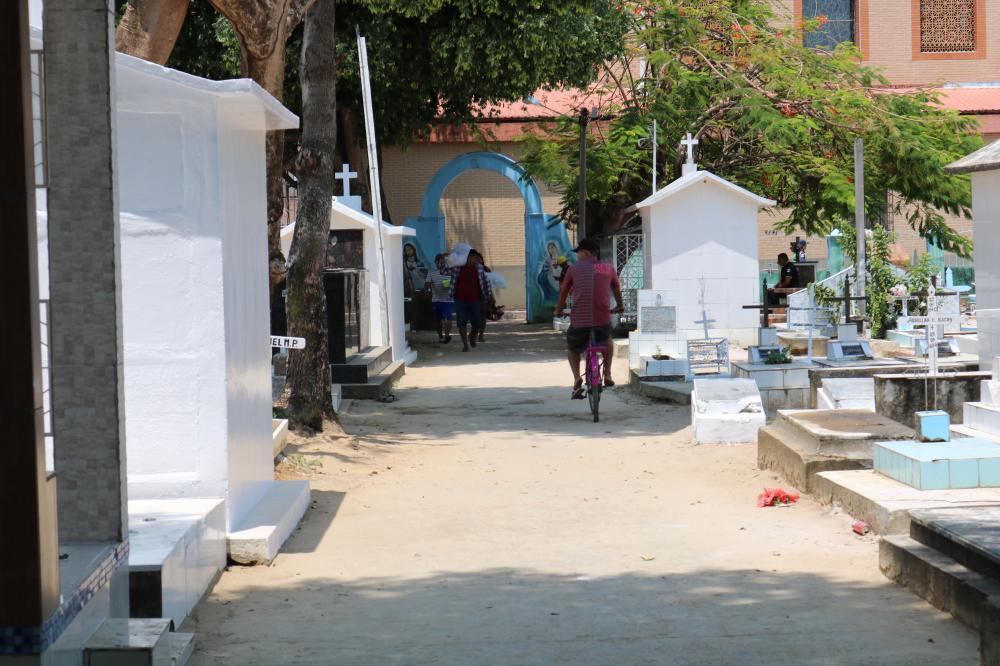 Cemitério ganha limpeza