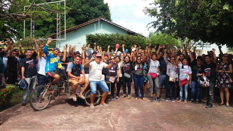 Servidores da educação estadual fazem manifestação na frente do prédio da Seduc