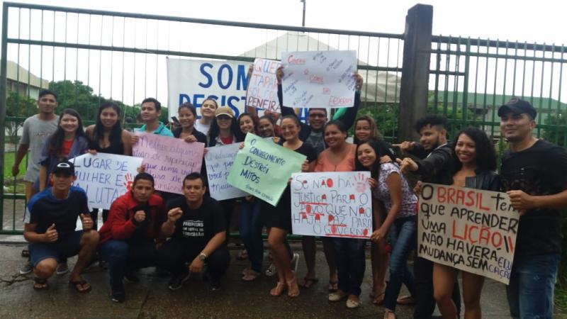 """""""Tire a mão da nossa Ufam"""", disseram os universitários em protesto"""