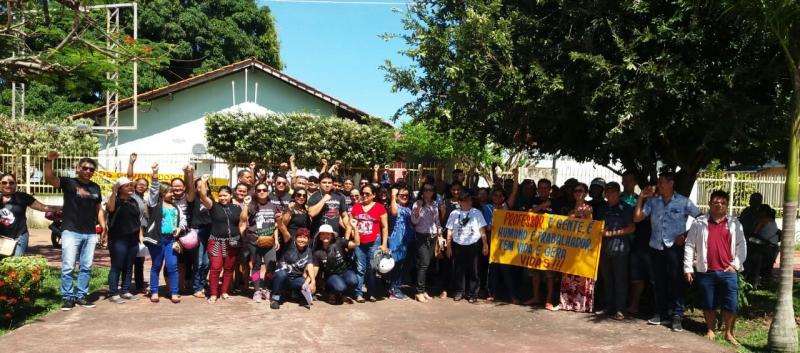 Profissionais da educação estadual reivindicam em frente ao prédio da Seduc-AM