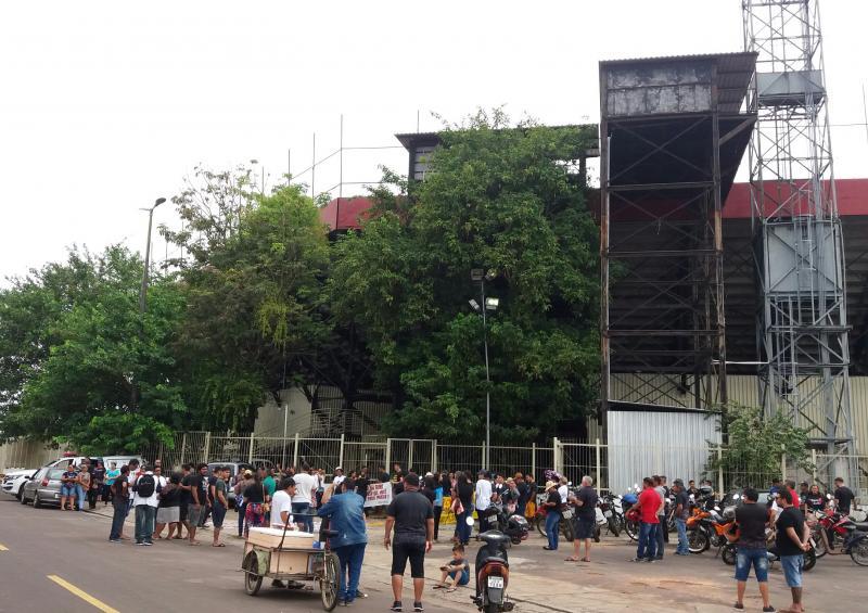 Profissionais da educação estadual fazem manifestação para a chegada do governador do Estado em Parintins