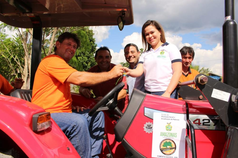 Governo do Amazonas entrega implementos agrícolas para associações de Itacoatiara e Rio Preto da Eva