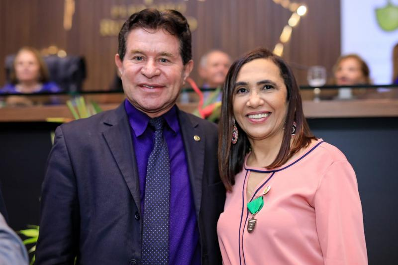 Dr. Gomes homenageia a professora Ana Maria Araújo de Freitas na Aleam