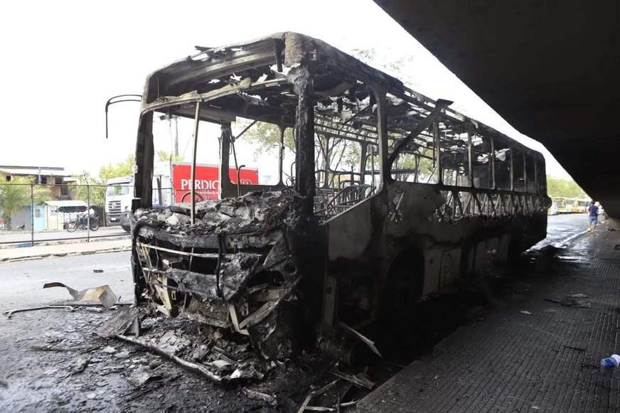 Ônibus pega fogo em pleno Terminal 4 e fica totalmente destruído
