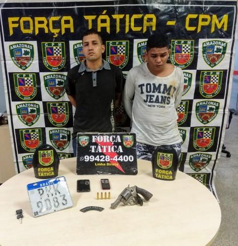 Polícia Militar, por meio da Força Tática, detém dupla com arma de fogo e moto roubada na zona oeste de Manaus