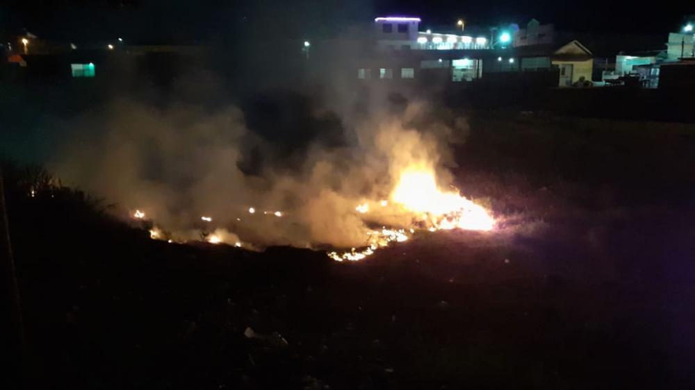Fogo na Francesa; a causa pode ter sido uma bituca de cigarro jogado no local, afirma o comandante do Corpo de Bombeiros