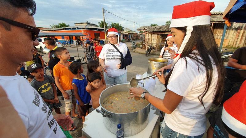 Primeira-dama Mayra Dias promove ação social de Natal em bairros de Parintins