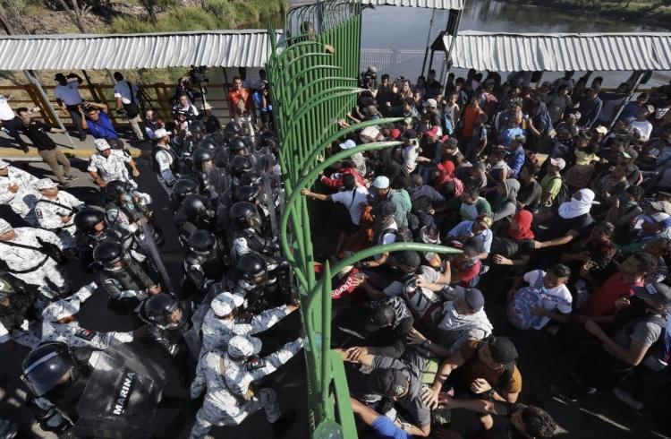 Caravana de migrantes avança rumo aos EUA; México tenta conter grupo