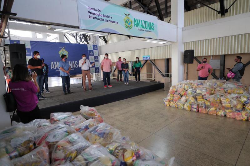 Wilson Lima entrega 20 toneladas de alimentos para trabalhadores dos bumbás e associações de Parintins