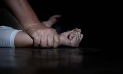 Vizinha flagra criança de 8 anos sendo estuprada e abusador é espancado em Manaus