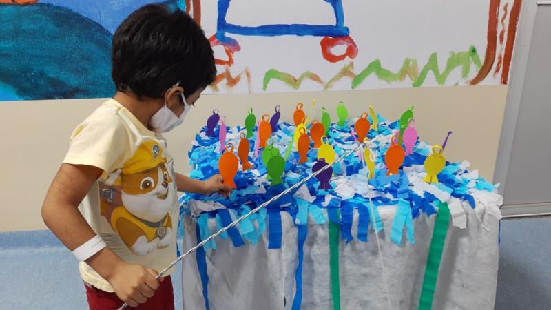Crianças em tratamento contra o câncer ganham festa junina adaptada no hospital, em Belém