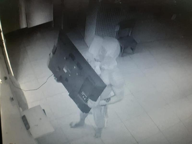 Homem é filmado furtando TV de escola infantil em Parintins