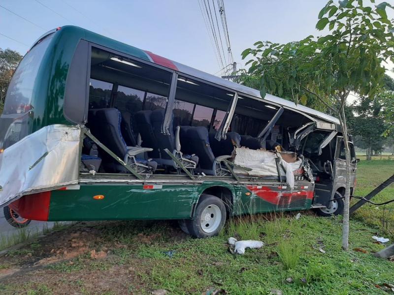 Micro-ônibus com 12 pessoas fica destruído após colidir com carreta no AM