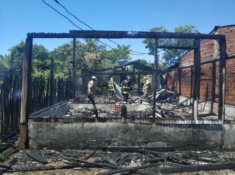 Família perde tudo após casa pegar fogo e busca doações em Parintins