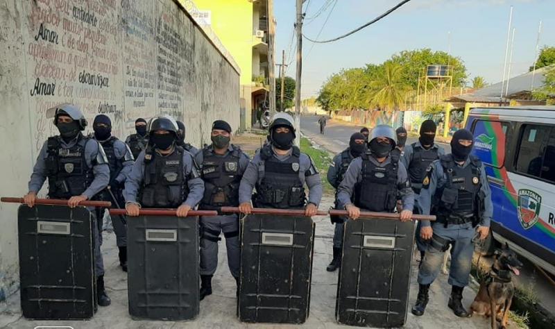 Policiais militares realizam revista na Unidade Prisional de Parintins