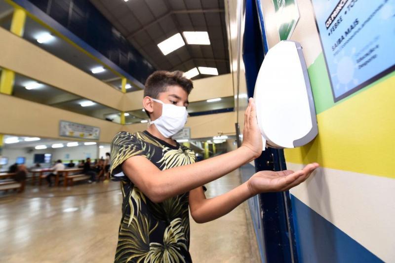 Governo do Amazonas inicia instalação de 16 mil dispositivos de álcool em gel nas escolas estaduais