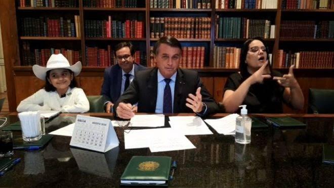 Bolsonaro contesta pena maior para maus-tratos a animais e diz que fará enquete