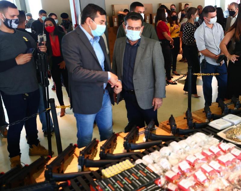 Wilson Lima entrega mais de 100 fuzis e outros equipamentos para as forças de segurança do AM