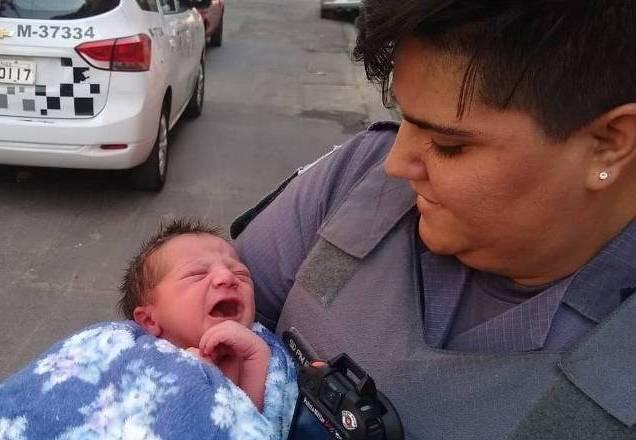 Policial encontra bebê em caixa de sapato e planeja adotar criança