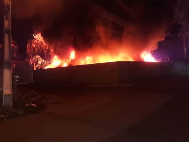 Incêndio de grandes proporções atinge galpão do Boi Caprichoso, em Parintins