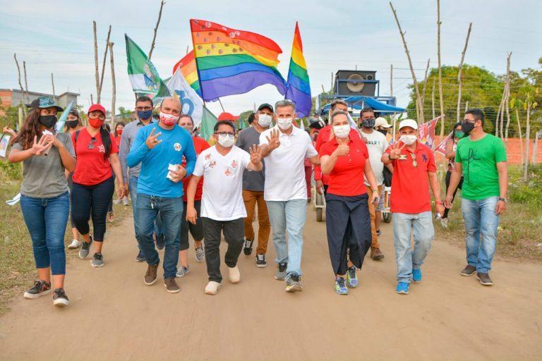 Durante caminhada, Juscelino Manso recebe apoio de moradores da ocupação do Pascoal Alágio