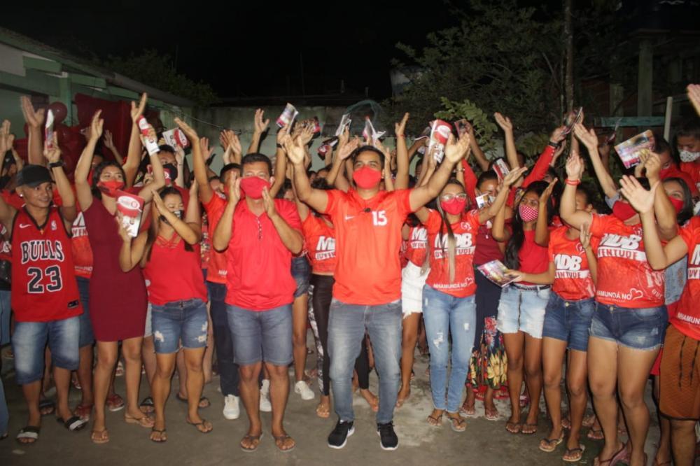 Israel Paulain reúne com jovens de Nhamundá e firma compromissos