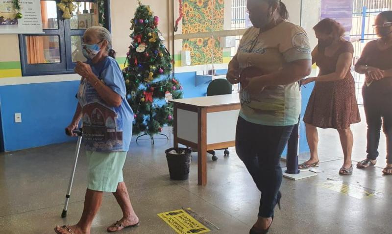 Em Parintins, eleitor atende o chamado do TSE e idoso vota em horário preferencial