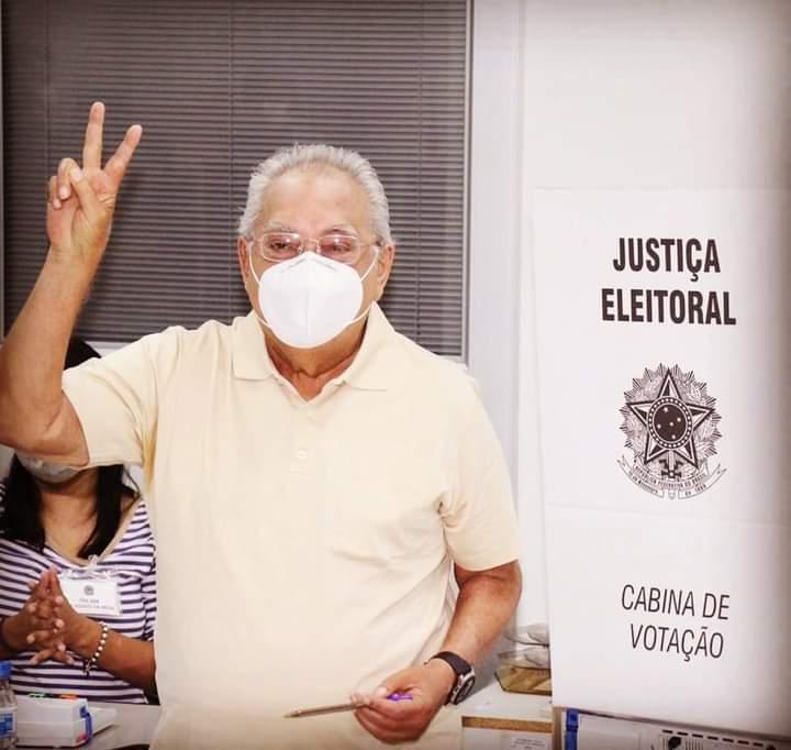 Em Manaus, Amazonino esquece o candidato a vereador e precisa de ajuda para votar