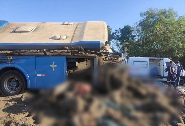 Acidente entre ônibus e caminhão deixa mais de 20 mortos no interior de SP