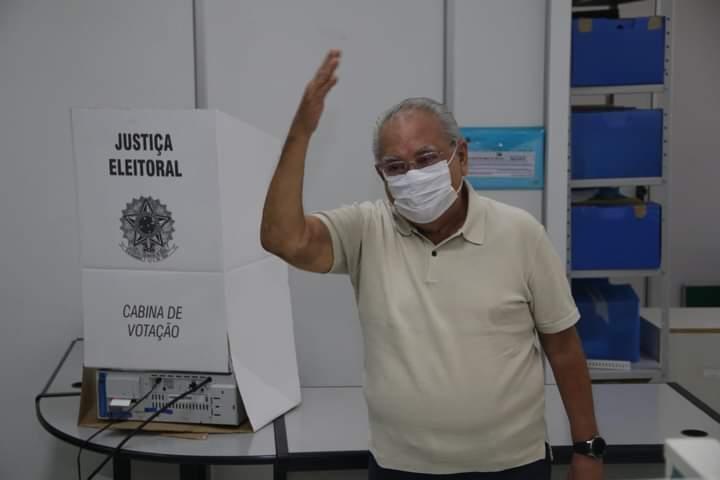 Ao votar na Sefaz, Amazonino demonstra confiança na vitória em Manaus