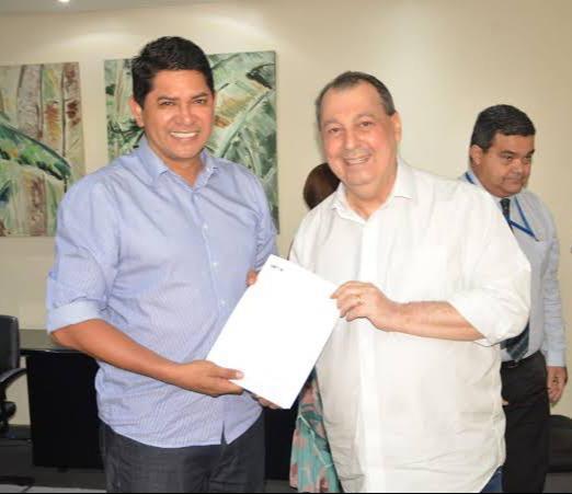 Bi Garcia assina convênio de R$ 60 milhões para a construção do muro de arrimo de Parintins