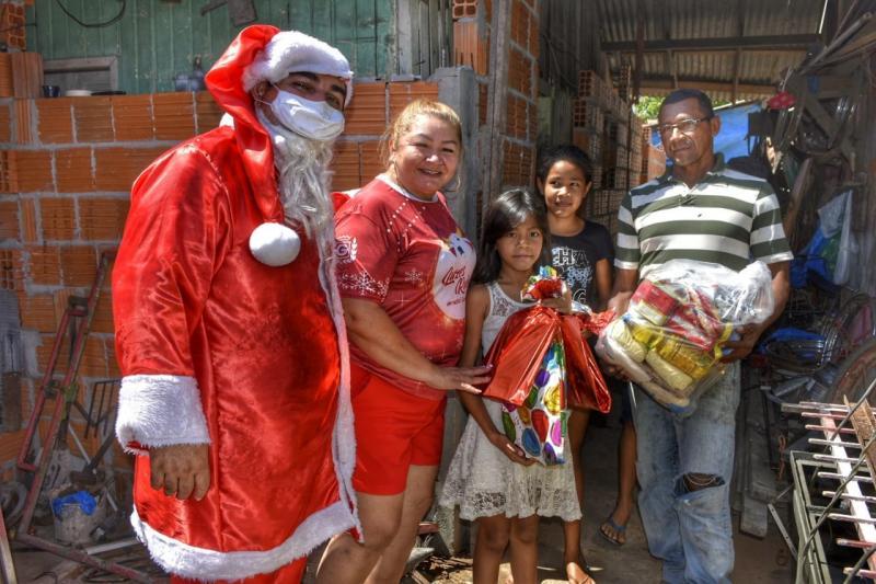 """Boi Garantido entrega cestas básicas do projeto """"Luzes Rubras – Um Natal Garantido"""""""