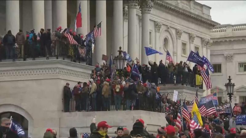 Manifestantes pró-Trump invadem Congresso dos EUA e nomeação de Biden é suspensa