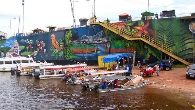Orla de Manaus ganha 'paredão' colorido em projeto de grafite por artistas amazonenses