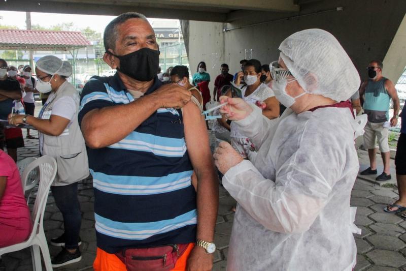 Manaus inicia vacinação de pessoas de 56 anos com doenças preexistentes contra a Covid-19