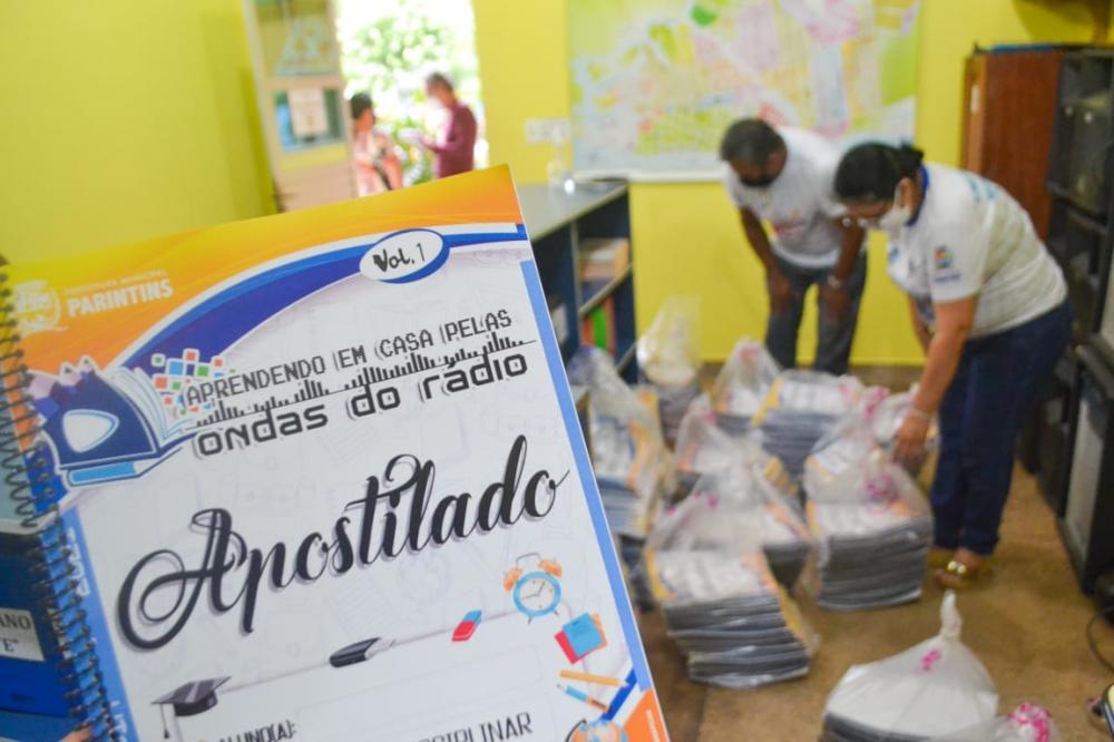 Em Parintins, Secretaria Municipal de Educação faz entrega de apostilas para auxiliar alunos nas aulas remotas