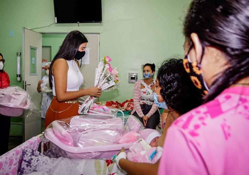 Primeira dama de Parintins entrega kits bebês e cestas básicas para as mães