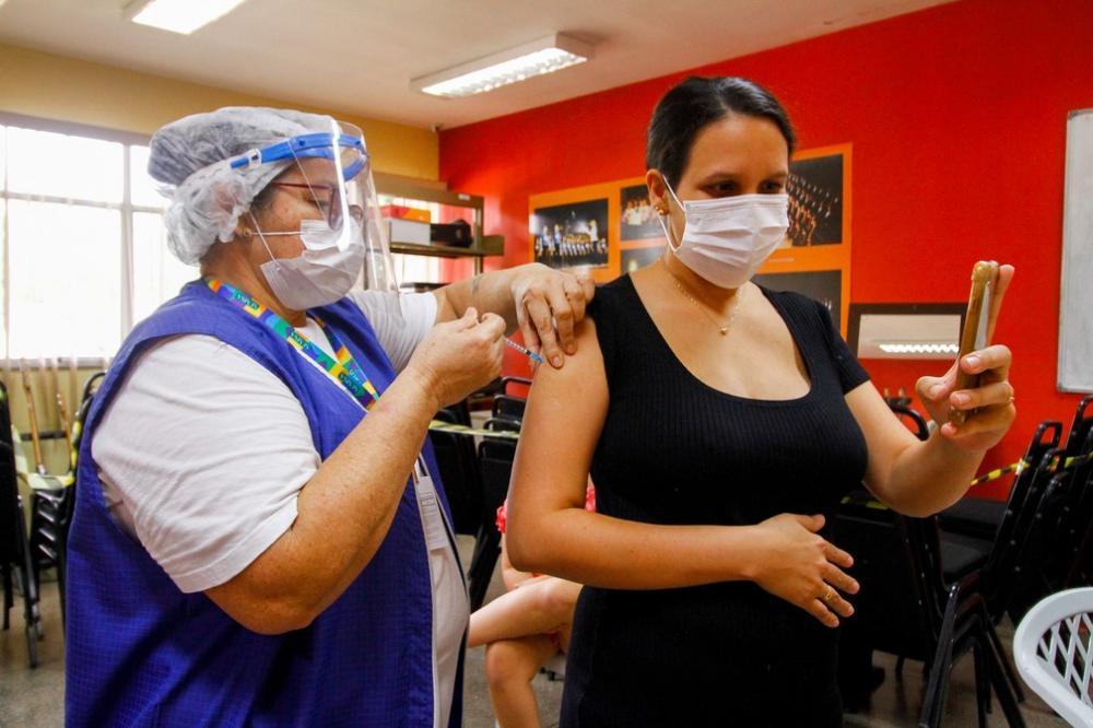 Grávidas e puérperas com doenças preexistentes são vacinadas em Manaus