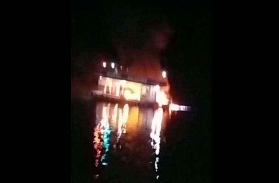Em Nhamundá, posto combustível flutuante pega fogo no meio do rio