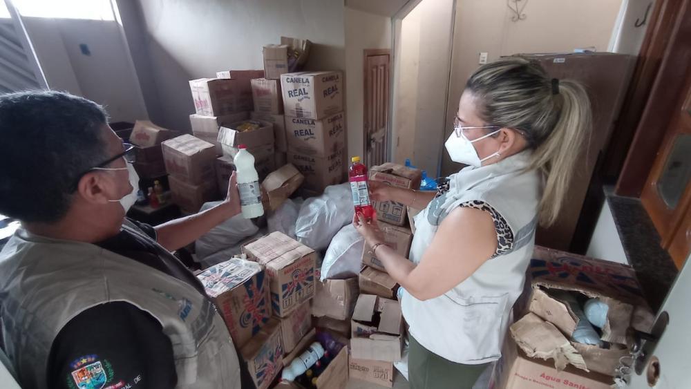 Em Parintins, uma tonelada de alimentos e produtos de limpeza são apreendidos pela Vigilância Sanitária