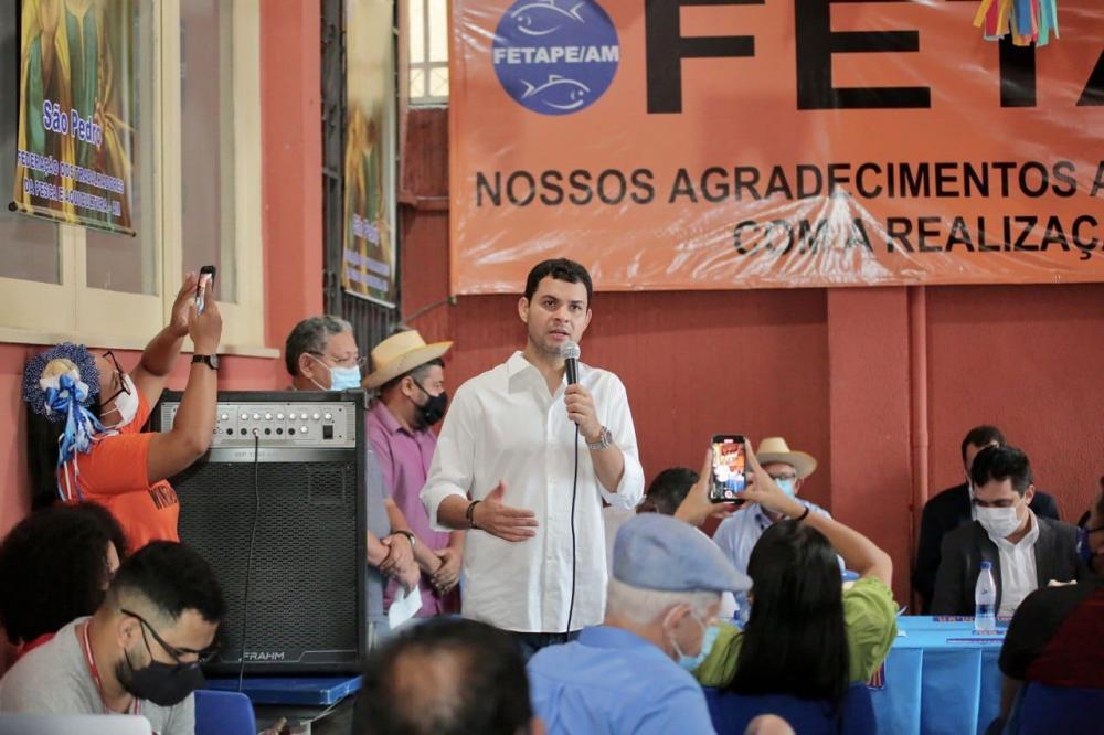 Deputado Saullo Vianna firma compromisso com pescadores em visita à sede da Fetape