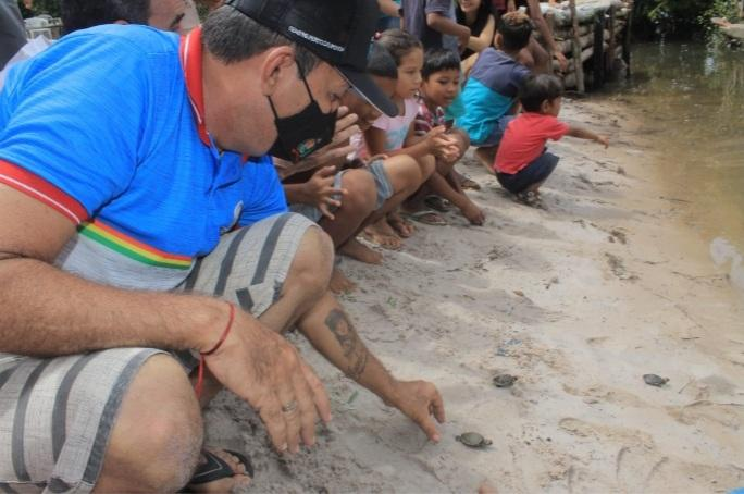 Vereador Babá Tupinambá participa de soltura de quelônios nas margens do rio Uaicurapá