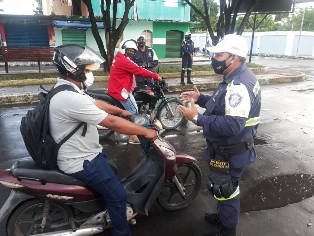 Empresa Municipal de Trânsito e Transportes (EMTT) executa conscientização no trânsito para condutores de veículos, em Parintins