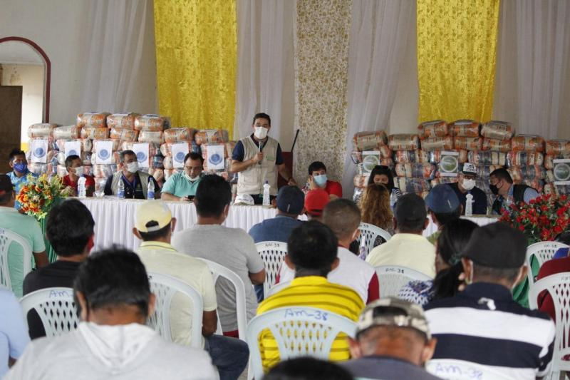 Governo do Amazonas entrega 2,5 mil cestas básicas para pescadores em quatro municípios do interior