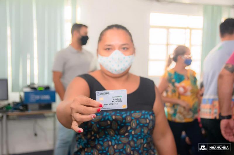 Trabalhadores da cultura de Nhamundá recebem cartões do Auxílio Estadual