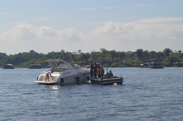 Operação da Marinha apreende embarcações e lacra 11 flutuantes em Manaus