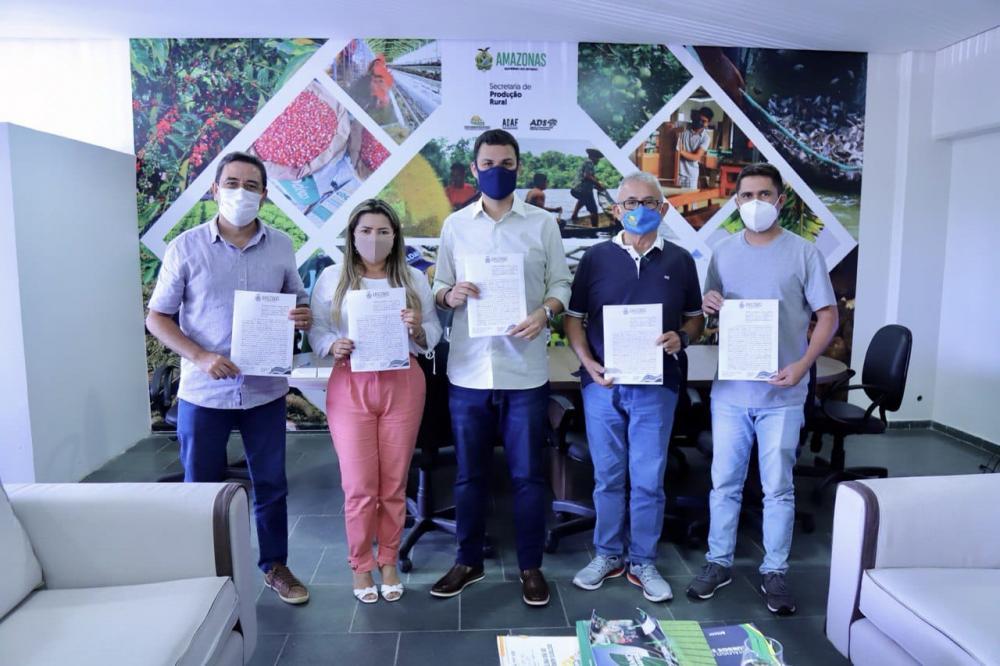 Após Saullo Vianna destinar R$ 410 mil em emendas, Prefeitura de Nhamundá assina convênio para adquirir implementos agrícolas